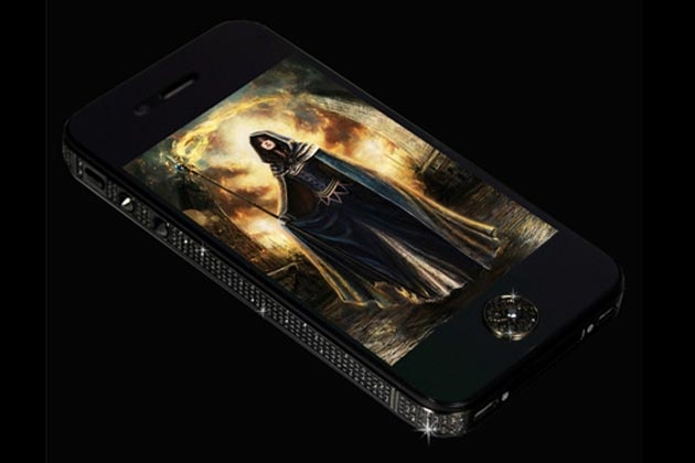 Black Diamond iphone 5 شاسی گوشی از طلای خالص و ۶۰۰ الماس بی نقص که در آن بکار رفته - ۲۶ عیار الماس سیاه و سفید در دکمهی خانه یا (home) وجود دارد - قیمت 15 میلیون دلار