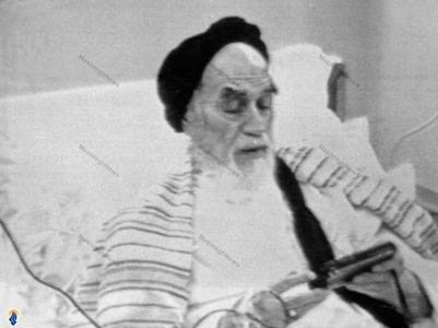خرداد1368،امام خمینی درحال اقامه نماز شب ،ساعاتی قبل از عمل جراحی