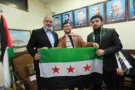 اسماعیل هنیّه، در حالیکه پرچم معارضین سوری را در دست گرفته