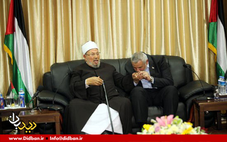 اسماعیل هنیه در حال بوسیدن دست شیخ قرضاوی، مفتی گروه های تکفیری فعال در سوریه