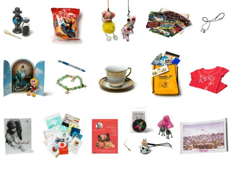 تصویر بالا مجموعه ای از هدایایی است که هلنا در مهمانی ها از میزبانان خود دریافت کرده است. اگرچه او از پذیرش هدایای زیاد خودداری کرد. در فرهنگ ایرانی مفهوم هدیه به عنوان برکت دادن به مهمان است.