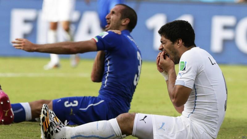 لوئیس سوارز به دلیل گاز گرفتن کیهلینی از جام جهانی محروم شد. این لحظه یکی از عجیبترین لحظههای جام جهانی ۲۰۱۴ بود