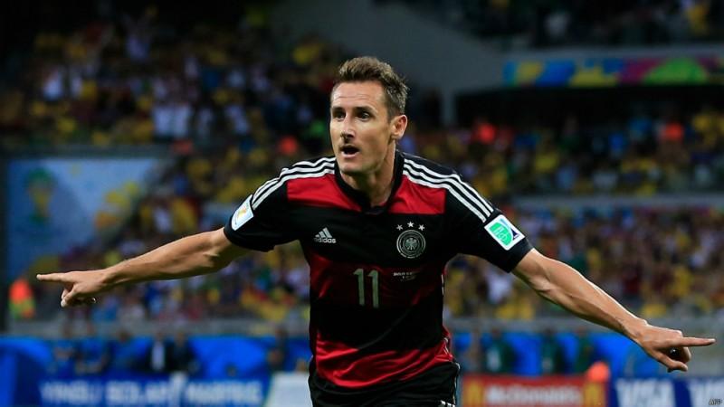 کلوزه با گل زدن در مقابل برزیل شانزدهمین گل خود را در دورههای مختلف جام جهانی به ثمر رساند و رکورد رونالدوی برزیلی را شکست