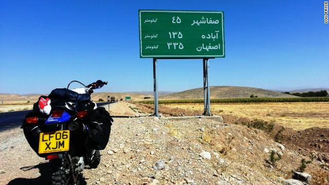 این موتور سوار انگلیسی می نویسد: در جاده های ایران بیشتر تابلوها تنها به زبان فارسی است و این برای جهانگردان مساله زا است