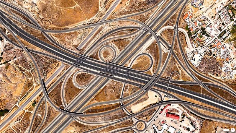 اتصالات اسپاگتی (Spaghetti Junction)، مادرید، اسپانیا بزرگراههای A-3 و M-50 در تقاطعی پر پیچ و تاب در جنوب مادرید در کشور اسپانیا به یکدیگر میپیوندند. ساختار ایجاد شده در این نقطه به دلیل شکل ظاهری خود به نام نقطه اتصال اسپاگتی خوانده میشود.