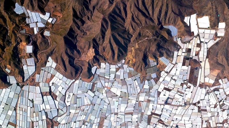 Plasticulture، گلخانه، آلمریا، اسپانیا واژه پلاستیکالچر(Plasticulture) ، در اصل به استفاده از پلاستیک در کشاورزی اشاره دارد. در تصویر درهها و دشتهای منطقه آلمریا را مشاهده میکنید که نزدیک به بیست هزار هکتار آن توسط گلخانهها پوشیده شده است.