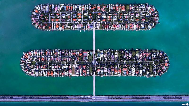 پالم آیلند (Palm Island)/هابیسکیس آیلند (Hibiscus)، ساحل میامی، فلوریدا، ایالات متحده دو جزیره ساخته دست بشر که در ساحل میامی در فلوریدا قرار گرفتهاند. مناطق مسکونی واقع در این دو جزیره از ارزش و قیمت بالایی برخورداند، هر چند که اولین مکانهایی که هنگام وقوع تندبادها و طوفانهای دریایی تخلیه میشوند نیز همین دو جزیره هستند.