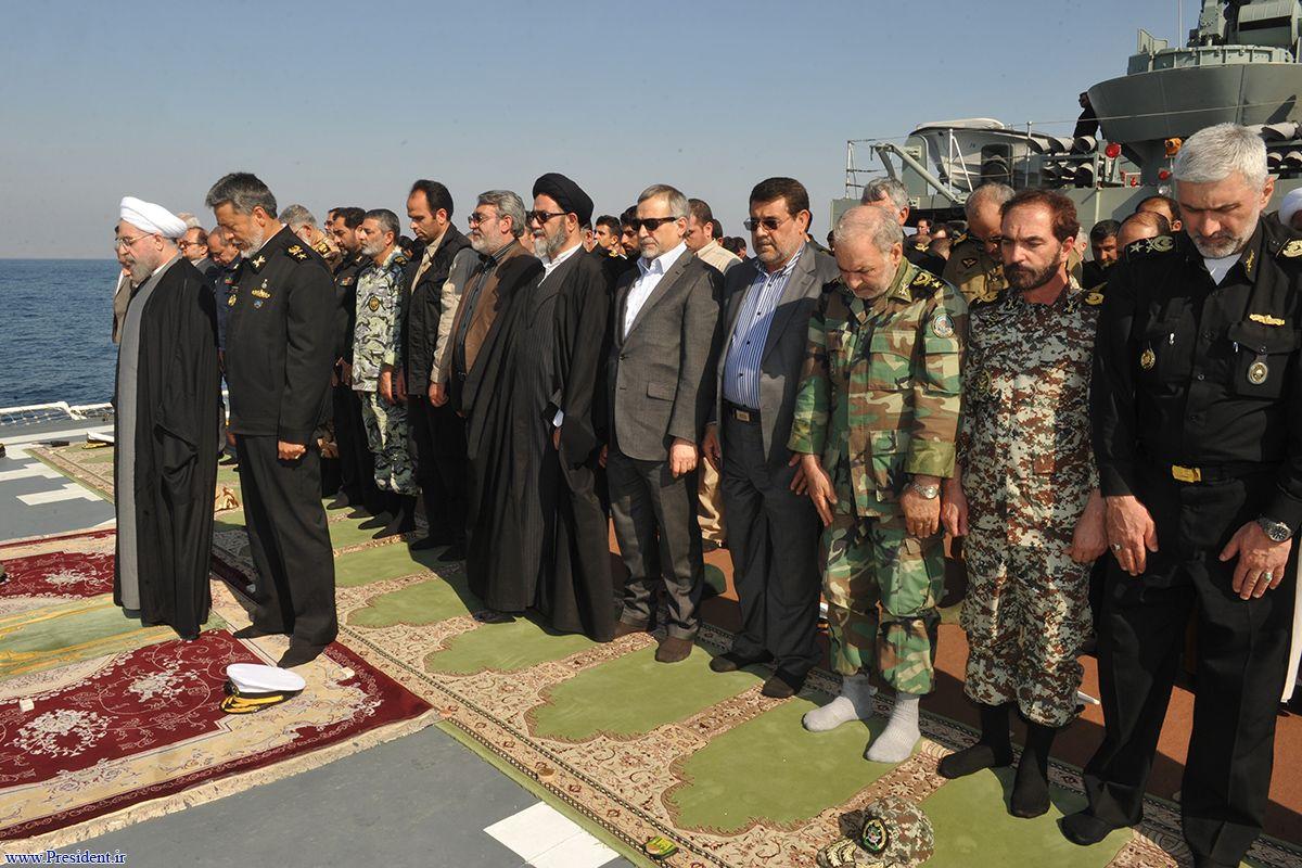 اقامه نماز دلاور مردان ارتش بر عرشه ناوشکن جماران به امامت رییس جمهور+تصاویر
