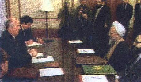 مرضیه دباغ در سمت راست تصویر در کنار آیتالله جوادی آملی و در حال مذاکره با گورباچف