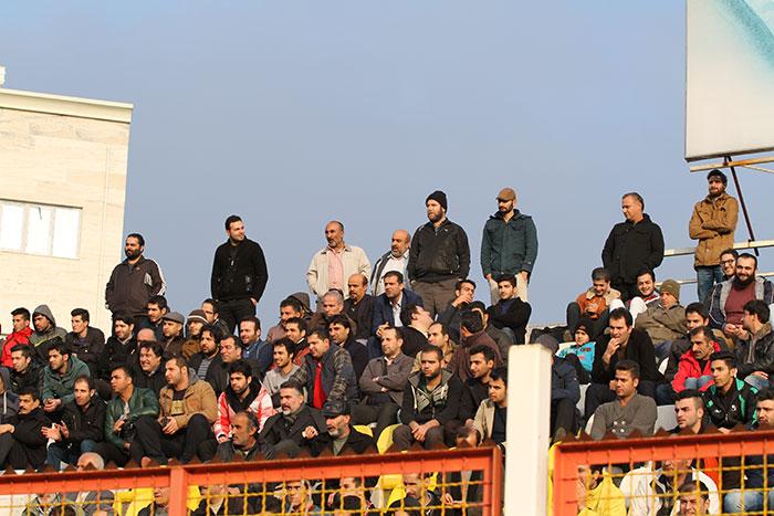 مدیرکل ورزش و جوانان استان گیلان در بین تماشاگران فوتبال+تصاویر