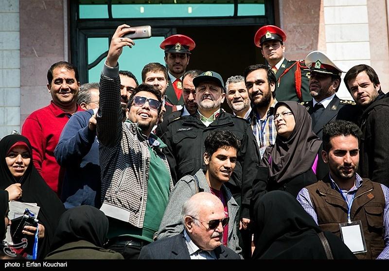 عکس یادگاری خبرنگاران با سردار احمدیمقدم در پایان همایش رؤسا و مدیران پلیس راهنمایی و رانندگی ناجا
