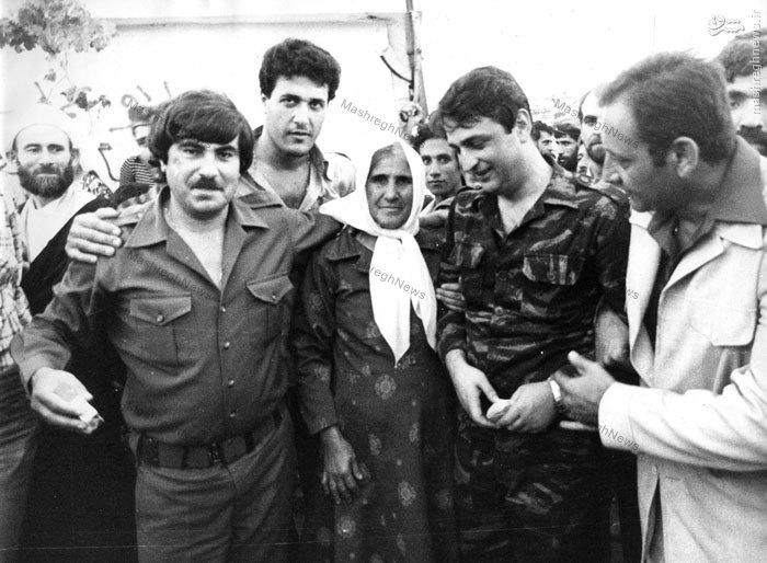 دکتر سید صادق طباطبایی در کنار مادر یک شهید در جنوب لبنان