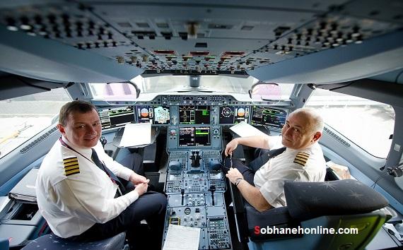کاپیتان ساهاکیان (سمت راست) به همراه کاپیتان ایوانف در کابین ایرباس 350