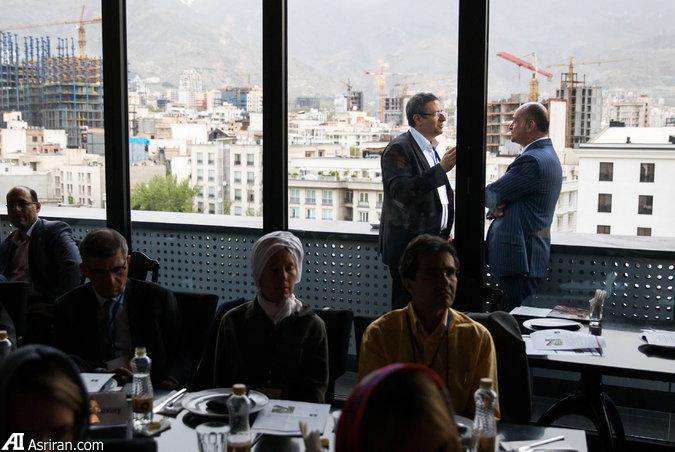 جلسه گروه آمریکایی در رستورانی در تهران
