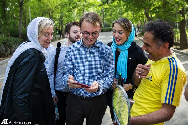 گروه آمریکایی در حال صحبت با ایرانی ها در پارک لاله تهران