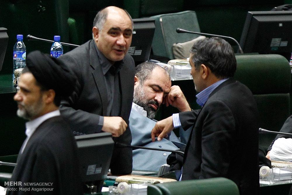 به نظر می رسد حمید رسایی روز پرکاری را سپری کرده که این چنین به خواب رفته است.
