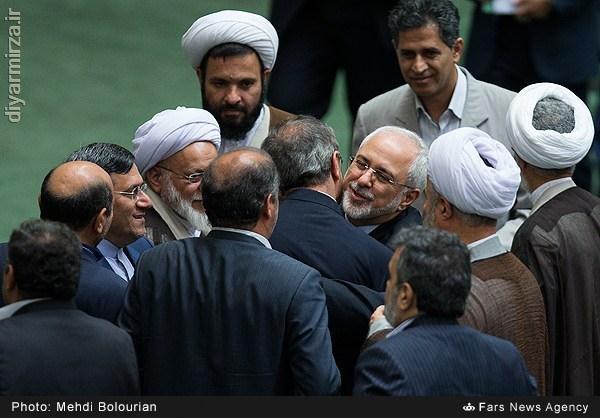 حسن تامینی نماینده مردم رشت پشت سر دکتر ظریف قرار گرفته است