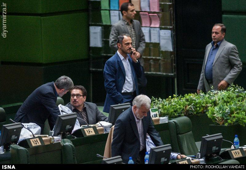 در تصویر فوق محمد حسین قربانی نماینده آستانه اشرفیه در حال مکالمه با تلفن همراه خود است