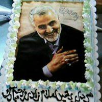 سال 93 این عکس در صفحه منعکس کننده اخبار عراق در فیسبوک منتشر و اعلام شده بود، کیک را مردم عراق برای سردار سلیمانی طراحی کردهاند